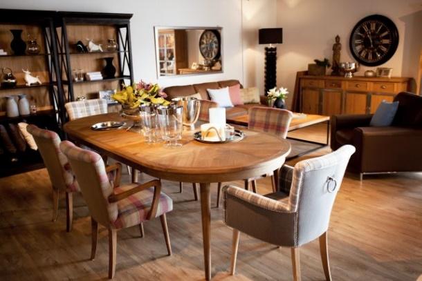 Salon meblowy Mebest, Jakie krzesła do nowoczesnego salonu, krzesła obite materiałem z podłokietnikami