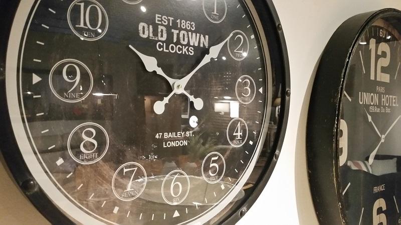salon-meblowy-mebest-poznan-stylowe-meble-nalezy-dopelnic-dodatkami-np-wielkimi-zegarami