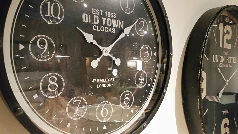Duży zegar wiszący to nie tylko praktyczna, ale przede wszystkim stylowa ozdoba we wnętrzu