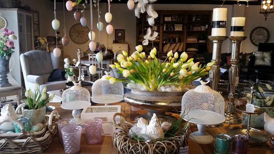 Każde wnętrze można ożywić kwiatami w ciepłych kolorach wiosny, umieszczonych w stylowych wazonach i na paterach