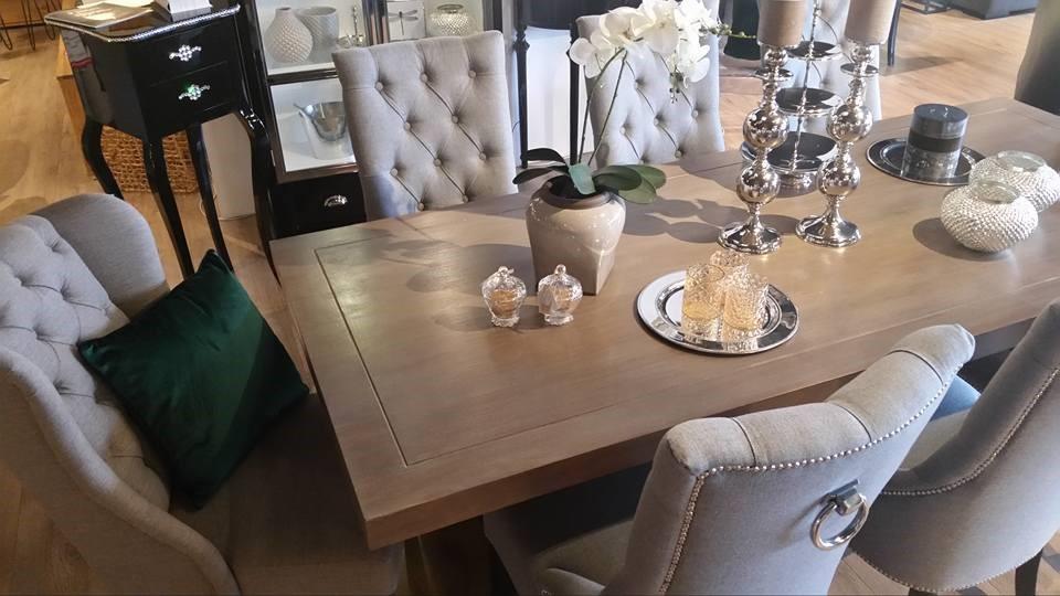 Klasyczne meble do salonu warto podkreślić srebrnymi oraz szklanymi ozdobami