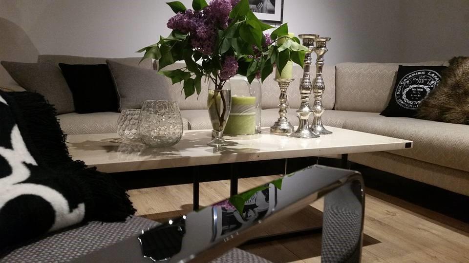 Klasyczne meble do salonu warto urozmaicić nowoczesnymi meblami, np. stolikiem o kamiennym blacie