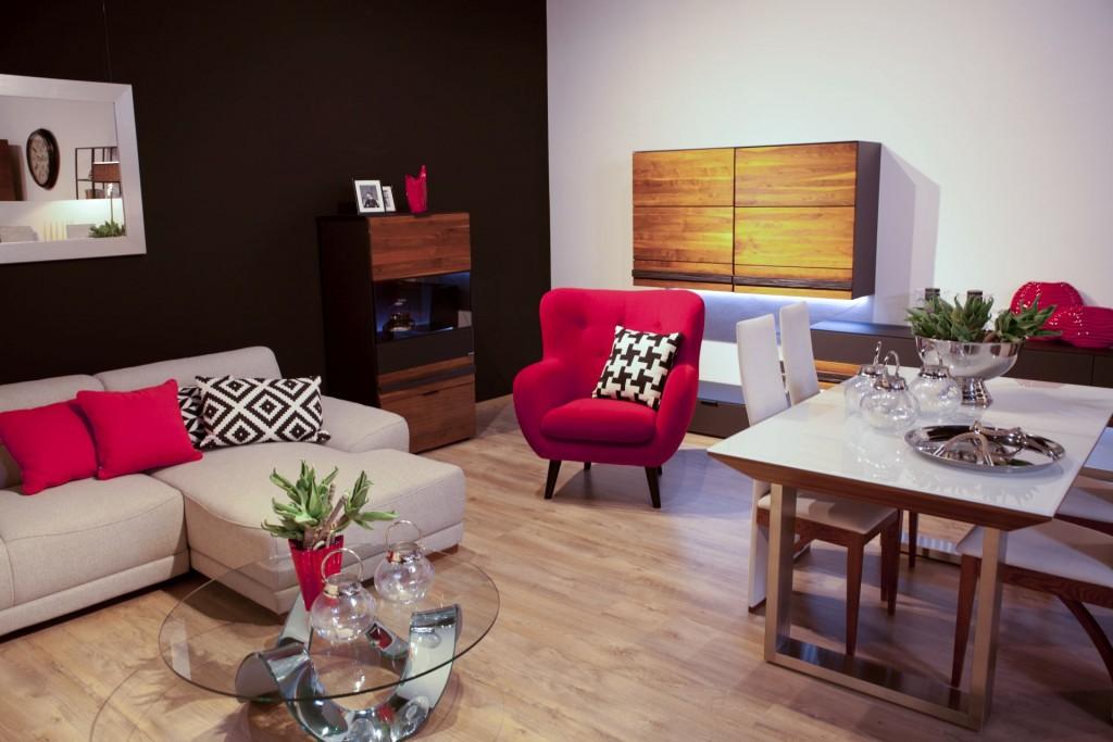 Salon meblowy Mebest, Na co zwrócić uwagę kupując meble tapicerowane, beżowy tapczan, różowy fotel