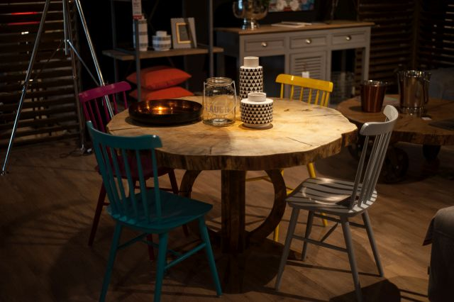 Salon meblowy Mebest, Piękne meble do salonu, stół z litego drewna