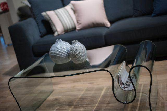Salon meblowy Mebest, Piękne meble do salonu, szkalny stół z gazetnikiem