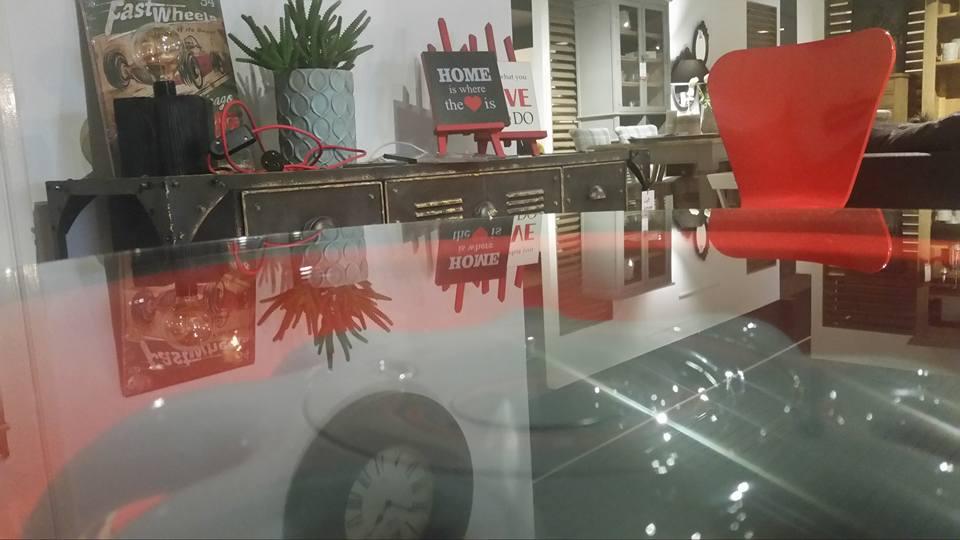 salon-meblowy-mebest-poznan-stylowe-meble-w-postaci-szklanego-stolika-oraz-czerwonego-krzesla