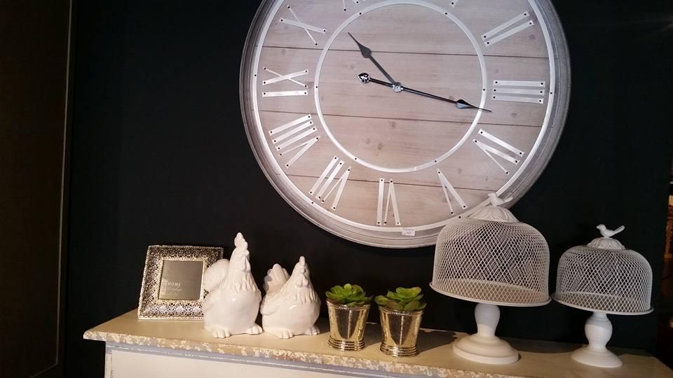 Zegary mogą być tradycyjne, jak i zaskakiwać swoją formą, wprowadzając do wnętrz nieco koloru i świeżości