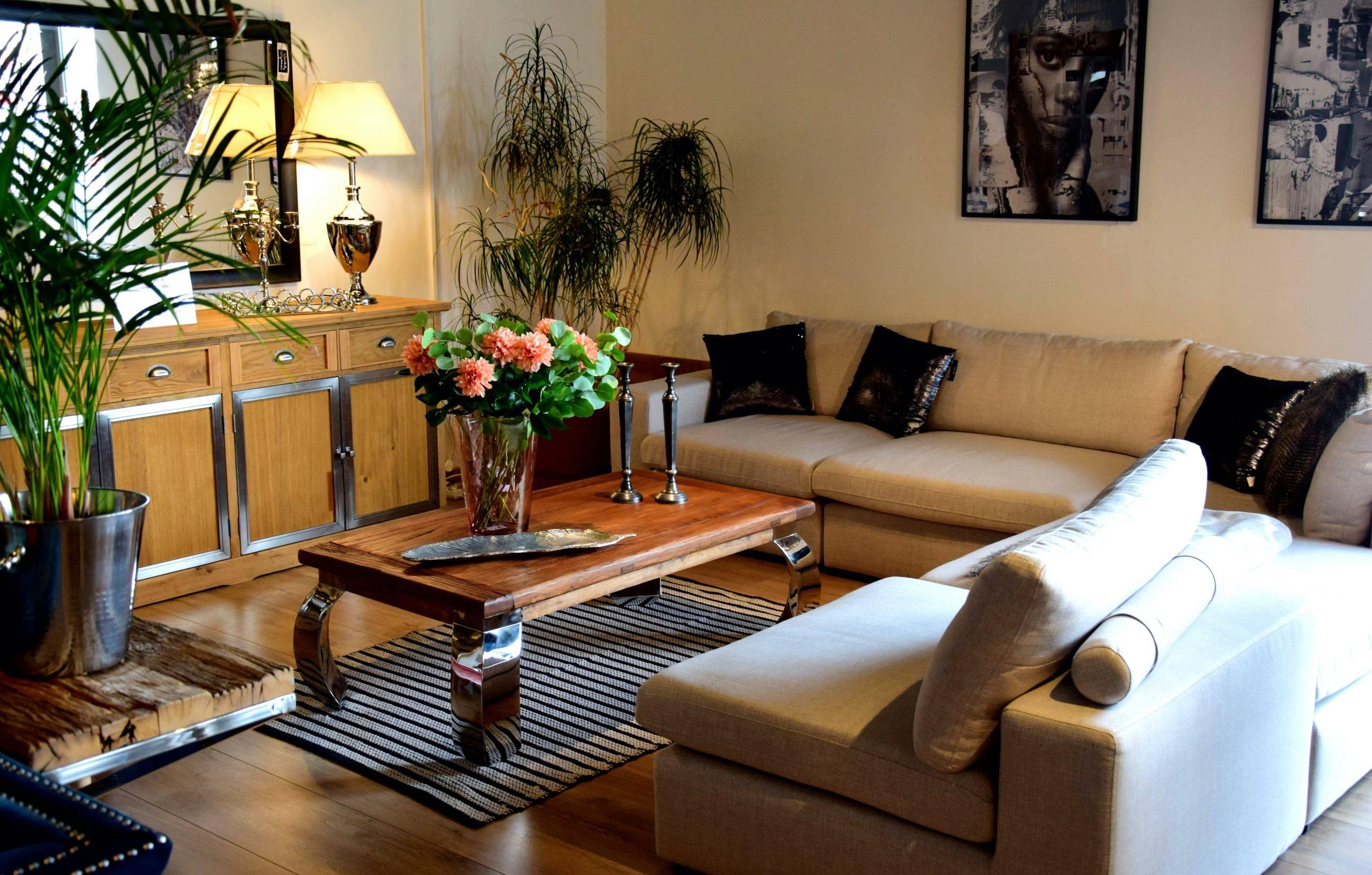Jasna kanapa i drewniany stolik w salonie